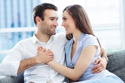 علامات حب الزوج لزوجته بجنون