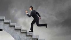 تفسير حلم صعود الدرج مع شخص ميت