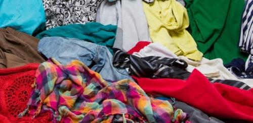 تفسير حلم الملابس على الأرض في المنام