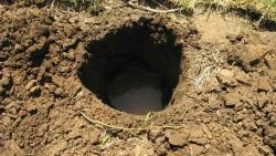 تفسير حلم حفر الأرض وخروج الماء في المنام