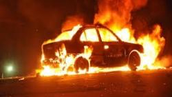 شاب يجازف بحياته لاستعادة حقيبة من داخل سيارة تحترق