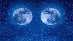 تفسير رؤية قمرين في السماء في المنام