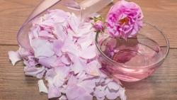 طرق استخدام ماء الورد للعناية بالشعر
